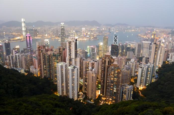 """Atemberaubender Ausblick vom """"Victoria's Peak"""" auf die Skyline. Hongkong Island im Vordergrund, Kowloon auf der anderen Seite des Flusses."""